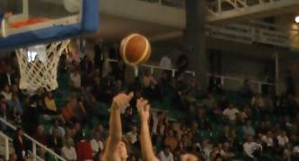 Roger Fornas intenta taponar a Salva Arco en la pasada Final a 4 de Cáceres (foto basquetmaniàtic)