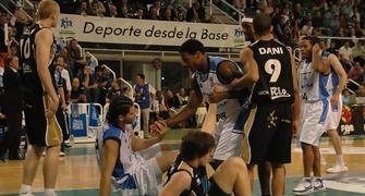 Fornas y Faverani por los suelos en la semifinal Breogan-Bruesa de ascenso a la ACB (foto basquetmaniàtic)