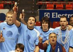 José Antonio Rojas, de pie al lado de Fornas, celebra la Copa LEB Oro consegida con Breogan (foto web Breogan)