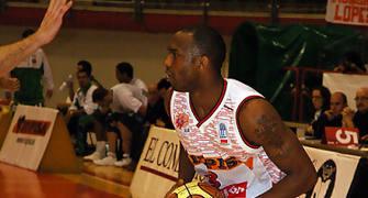 Tarick Johnson con el balón (Foto: www.chemagonzalez.es)