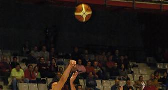 Rubén Suárez intentando el triple (Foto: www.chemagonzalez.es)