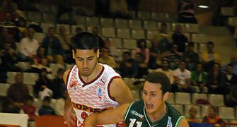 Enric Garrido subiendo el balón ante Fran Cano (Foto: www.chemagonzalez.es)