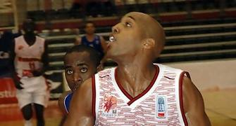26 Jeff Bonds defendido por Christian Eyenga