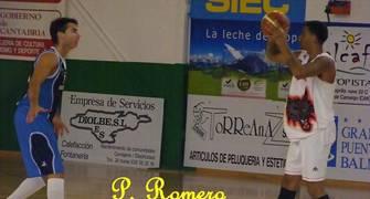 Ruiz defendiendo a Robinson, jugador al que sustituirá en el Lobos, en el partido entre el Piélagos y el Lobos esta pretemporada (Foto: P. Romero)