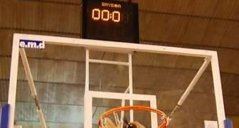 Faymasa Palencia-CBT. Sergio Alonso corta la red siguiendo la tradición (foto baloncestoconp)