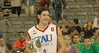 Luis Scola con el trofeo al MVP de la Supercopa 2005. (Foto: José María Benito Espinar)