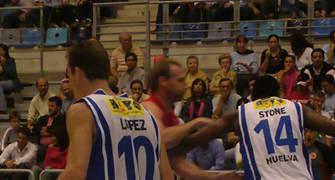 Isaac Lopez y Marvin Stone codo a codo defendiendo