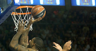 Will McDonald realiza un tiro tras superar la defensa de David Andersen y Roger Grimau. (Foto: www.victorsalgado.com)