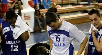 Raúl Lázaro, con el 15, atento a las instrucciones de Paco Olmo en la Final a 4 de Fuenlabrada (foto Emilio Cobos/FEB)