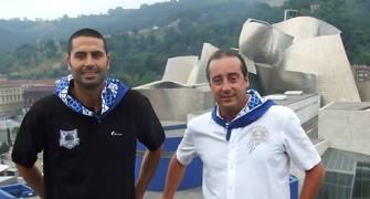 Javi Rodríguez y Txus Vidorreta ante el Guggenheim (www.bilbaobasket.biz)