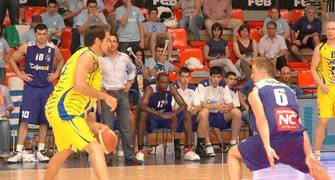 Rafa Rufián defiende a Romà Bas en la Final a 4 de Fuenlabrada (foto basquetmaniàtic)