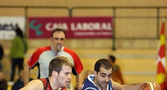 Sergio Soria defendiendo a Juanin Jiménez en la Final de Copa (foto Emilio Cobos/FEB)