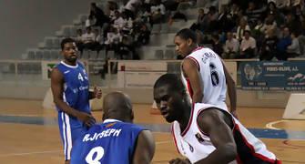 03 Robert Joseph frente a Francis Koffi (foto basquetmaniàtic)