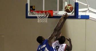 14 Mamadou Samb intenta taponar a Francis Koffi (foto basquetmaniàtic)