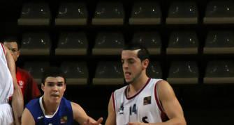 18 Salva Arco defendido por Dani Pérez (foto basquetmaniàtic)