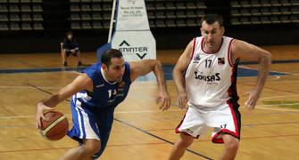 23 César Bravo se va de Lucho Fernández (foto basquetmaniàtic)
