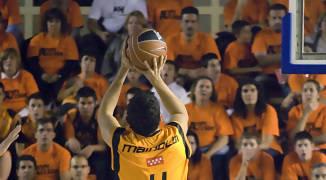 Leo Mainoldi lanza de tres (foto: FM)