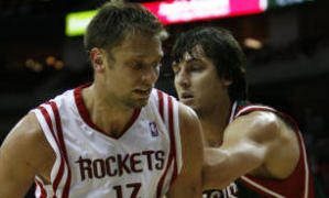 David Andersen ante el otro aussie, Andrew Bogut (Foto karen Warren/Houston Chronicle).