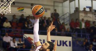 Rebote de Kostas Vasileiadis con la oposición de Sergiy Gladyr,  bloque de Héctor Manzano (Foto: ACB PHOTO/J.Alberch)
