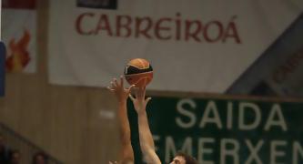 Antonio Bueno muestra su arsenal de movimientos, con un semigancho tras reverso (Foto: ACB PHOTO/J.Marqués)