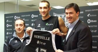 Hervelle con su nueva camiseta (Foto Dpto. de Comunicación de Bilbao Basket)