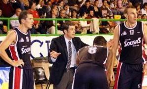 Muñoz se dirige a Francis, Lucho Fernández y Sony Vázquez en el encuentro ante Burgos