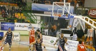 La defensa en zona dio buenos resultados a Ourense (Foto: Sonia González)