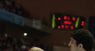 Marc Jackson logra la posición en la pintura ante Lior Eliyahu (Foto: ACB PHOTO/J.Marqués)