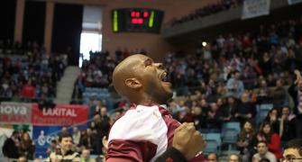 El habitual gesto de Marc Jackson antes del partido (Foto: ACB PHOTO/J.Marqués)