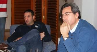 Luis Guil escucha atentamente a sus compañeros junto a Miguel Panadés (Foto: Pablo Romero)