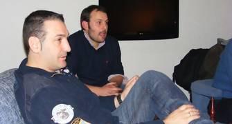 Luis Guil atendió las opiniones sobre las nuevas normas junto a Manu Gavilá, jefe de prensa de Melilla (Foto: Pablo Romero)