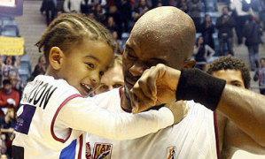 Marc Jackson se emocionó en su despedida con la compañía de su familia (Foto: Fernando Blanco para el Correo Gallego)