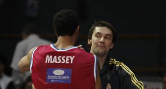 Massey saluda a Llull en su visita a Vistalegre ACB Photo-J.R. Anchuelo
