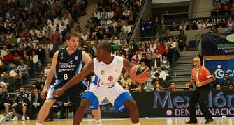 Maurice Bailey, con la defensa de Sergio Sánchez (Foto: ACB PHOTO/J.Marqués)