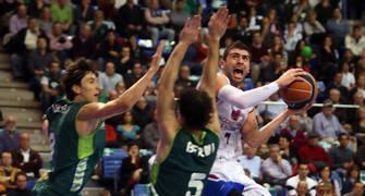 Kostas Vasileiadis intenta el lanzamiento a canasta (ACB Photo/M. Pozo)