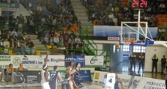 Aguas de Sousas cierra el rebote defensivo ante un tiro de Breogán (Foto: Sonia González)