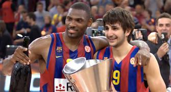 Mickael y Ricky se abrazan con la copa (foto: Lafargue)