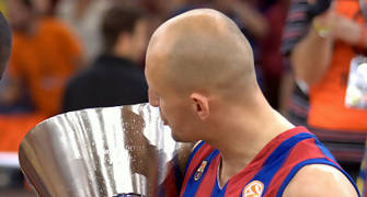 Lubos Barton besa la Copa (Foto: Lafargue)