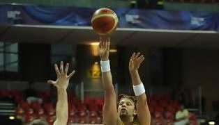 Lanzamiento en suspensión de David Andersen (Foto FIBA)