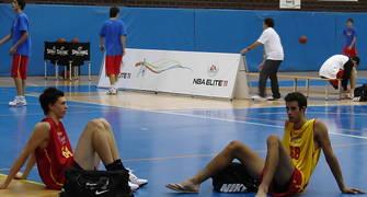 Aítor Gómez y Álex Súarez descansan tras una agotadora jornada del BwB (Foto: Fernando Gordo)