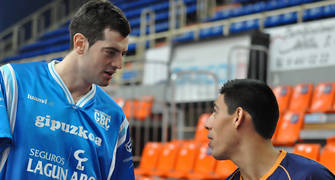 Nikoloz Tskitishvili y Gustavo Ayón se saludan antes de comenzar el partido (FM)