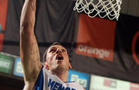 Ivan Radenovic anota debajo del aro (Foto: ACB Photo)