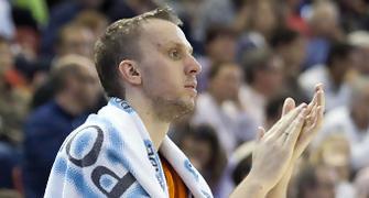 Savanovic aplaude desde el banquillo (Foto: Lafargue)