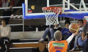 Jorge Santana no puede evitar la bandeja de Micah Downs (Foto: Andrés Antúnez Carrasco)