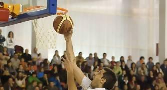 Un jugador riojano intenta anotar (Foto: Jonatan González)<br> <br>