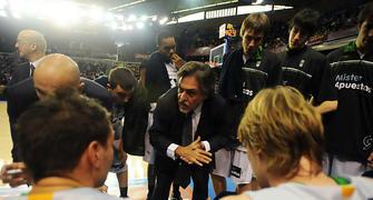 Pepu Hernández dando instrucciones a sus jugadores durante un tiempo muerto