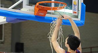 Josep Pérez corta la red siguiendo la tradición de los campeones (Foto Charly Mula)