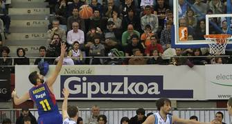 """Navarro anota su punto 6000 en la liga co su habitual """"Bomba"""" (ACB Photo/Luis García)"""
