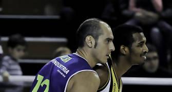 Alejandro Alba defendiendo a Roderick Flemings (Foto: Andrés Antúnez Carrasco)