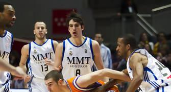 De Colo, entre rivales (Foto: Lafargue)